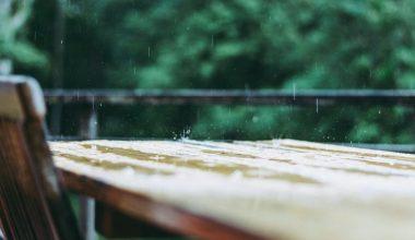Möbel im Regen
